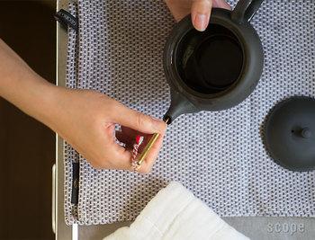 使い方も簡単。急須の注ぎ口から差し込み、そっと回して掃除をして洗い流すだけで、注ぎ口にたまった水垢や、お茶の成分がスッキリキレイに♪