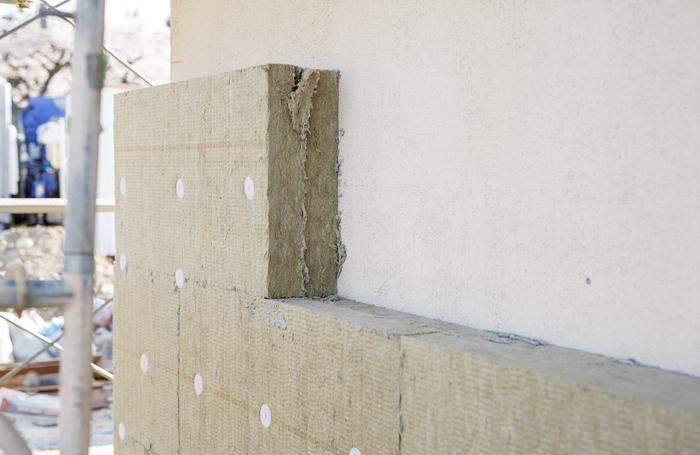 haluta house最大の特徴は一年を通してエアコンを使わずに快適に過ごせること。その快適な住環境を支えているのが断熱材です。デンマーク製のロックウール断熱材で壁はもちろん、基礎や屋根まで家をぐるりと囲むことで一年を通して快適な環境を作ります。