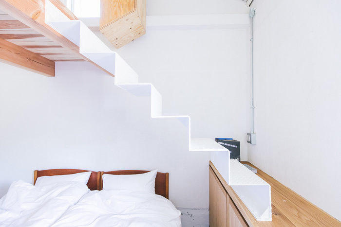 室内の窓の配置などには、地形や立地などを考慮して設計されています。また、建具や床、作り付けの家具などは使い込むほどに味わいを増していく建材を使用。住むほどに愛着の湧くお家に変化していく楽しみがあります。