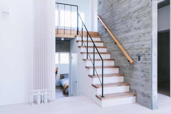 階段に使われる木材や、壁などナチュラルで大人っぽく表情があります。一年を通してエアコンの要らない快適な空間だから、オープンな階段も冷暖房を気にせずデザインを楽しめます。
