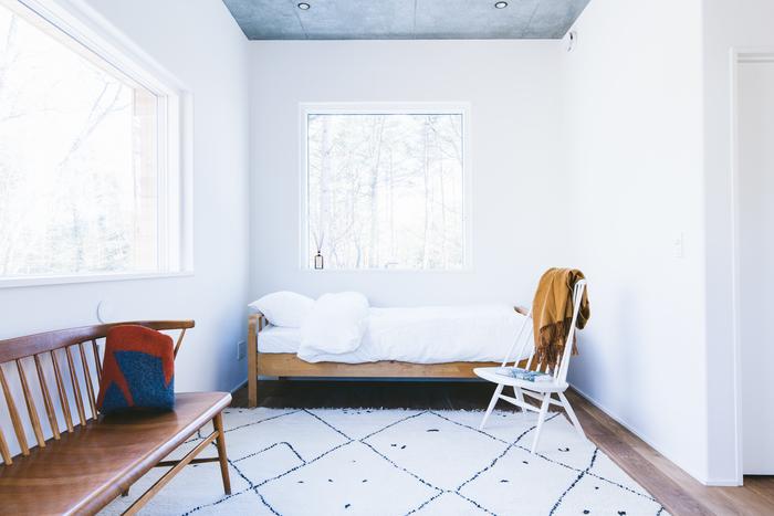 室内の温度変化に大きく影響を及ぼす窓には、デンマークでオーダーした「トリプルガラスの木製サッシ」を採用。木製サッシは日本でまだあまり使用されておらず、アルミサッシに比べ熱が伝わりにくく、夏は涼しく・冬は暖か。結露しにくいのも嬉しいポイントです。