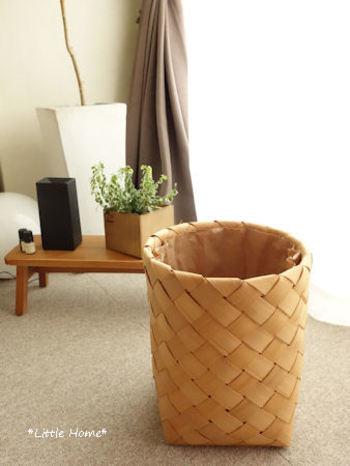 かごは高さのあるものなら、ごみ箱としても利用できます。 生活感のあるアイテムこそ、かごにチェンジしてみては? 北欧風のバスケットなら、木製の家具やグリーンにもなじみます。