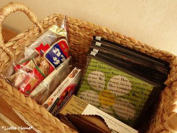 かさばりがちなお菓子やペーパーナプキンも、かごにゆったり収納すると取り出しやすく便利。 「ここに入るだけ」と決めておくと、買いすぎ防止にも役立ちます。