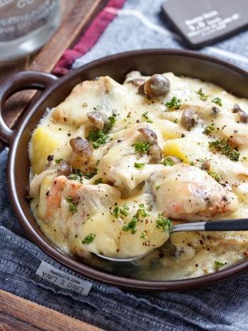 ご飯のおかずにもぴったりな一品は、なんと面倒なホワイトソース作りがいらないお手軽レシピ。 作り方も、とっても簡単!フライパンで鮭、「アイラップ」であらかじめ加熱したじゃがいも、そして玉ねぎやしめじなどを炒め、あとは、味噌と豆乳を合わせたソースを流し込むだけ。 こんなに簡単ですが、しっかりとろみが付いて、グラタンの味わいに!