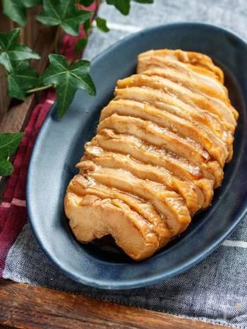 鶏むね肉で作るメインのお肉レシピ。 こちらのレシピ、「アイラップ」を使うことで、とにかく簡単に作れるんです! 「アイラップ」の中に、数か所穴をあけた鶏むね肉と、しょうゆ、みりん、酒、砂糖、お好みでにんにくを入れ揉み込み、30分置いた後、「アイラップ」のまま沸かしたお湯の中へ…。弱火で3分程煮たら火を止め、蓋をして30分置けば完成です。 たったこれだけなのに、むね肉はしっとり柔らか!時間を置くことで味がじんわりと中まで染み込みます。
