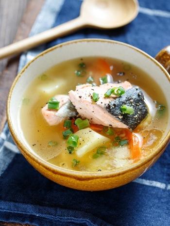 鮭と野菜がたっぷり入った具沢山なおかずスープレシピ。 ボリュームもあるので、これ一杯で大満足! 「アイラップ」を使って、あらかじめ、じゃがいも&にんじんを電子レンジ加熱するので、時間短縮に! お味噌汁がベースですがバターが加わることでコク旨アップ!優しい味わいに…。