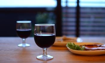 ワインを楽しむなら、専用のワイングラスで。スペインのブランドVicrila社のワイングラス<Gaudi>は、親しみやすいシンプルデザイン。もっと気軽にカジュアルにワインを楽しんでほしい、そんな願いが込められています。
