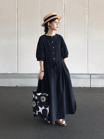 シンプルなマキシワンピースに小物で夏らしさをプラスしたコーディネート。ヘアスタイルをすっきりまとめて、花麦ブレードのカンカン帽を被るだけで季節感のある小粋なスタイルに♪
