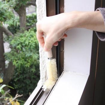 丸みを帯びているブラシは、シンクや排水口周りを磨くのに適しており、先が曲がってるブラシは、溜まったゴミをかき出したり、排水口やシンクの側面のお掃除だけでなく、窓の桟(さん)のお掃除にも使えて◎、