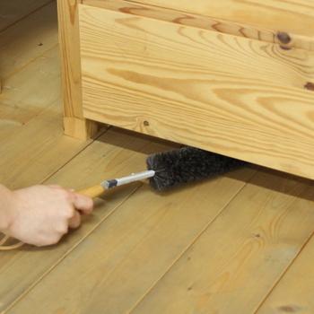 毛がとてもやわらかく、しなやかな山羊毛が使用されているブラシは、全長が約70cmもあるので、家具の奥まで楽々届いたり、ブラシの先端を折り曲げれば、棚の上に溜まったほこりもキレイにお掃除できる、使い勝手の良いブラシです。