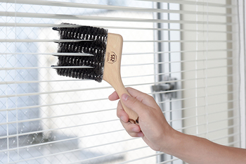 固過ぎず、やわらか過ぎないヤギ毛が使われているブラシは、ブラインドに挟んでなぞるだけで、掃除しにくかった、ブラインドの汚れがスッキリ!