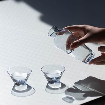 猪口も無駄のないシンプルデザイン。お酒の色がしっかり分かる、美しい色のグラスです。おつまみや薬味入れとして使うのもいいですね。