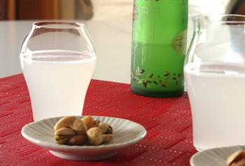 純米酒用の<蕾>は、お酒の香りと米の旨味を、グラスの中にぎゅっと閉じ込めてくれます。大吟醸用の<花>は、上品な香りとやさしい味わいが、ふわっと広がる構造に。どちらも飲む人のことを考えて作られたアイテムですね。プレゼントにもおすすめです。