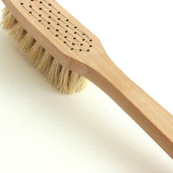 美しい仕上がりのブラシは、視覚障害のある職人さんがひとつひとつ丹精込めて作っています。馬毛とタンピコファイバーが混った天然繊維のブラシは硬めなので、網戸のお掃除もしっかりでき、機能性もバッチリ。