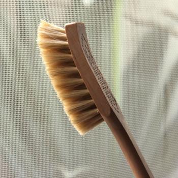 ブラインドを掃除したら、ついでに網戸掃除はいかがでしょうか。掃除しづらい網戸のお掃除に適した「網戸ブラシ」は、100年以上世界中で愛用されているスウェーデンの「Iris Hantverk (イリス・ハントバーク)」のハンドメイドブラシです。