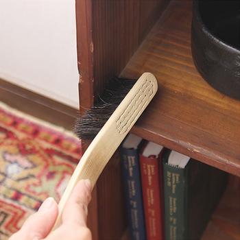 同じく松野屋さんの「馬毛ブラシホウキ」は、つい忘れがちでしかも汚れが溜まりやすい、棚の角など、細かい部分の掃除にきっちり届いて◎。
