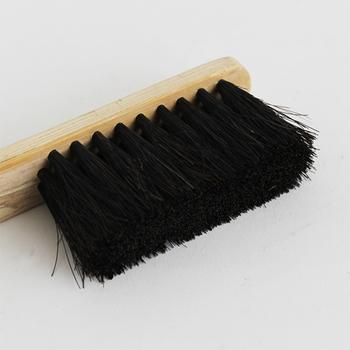 馬毛のブラシは程よく固く、ブラシ部分は細く作られているので、ゴミをしっかり掃き、リビングの棚だけでなく、キッチンの食器棚などの隅までキレイにしてくれます。