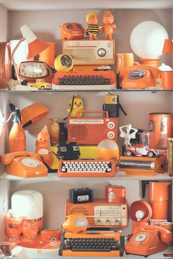 小物をコレクションしている場合、飾るときは同じ色のもので揃えて飾ると、統一感が出ておしゃれな印象になります。お部屋の広い範囲には飾らないけれど、このスペースだけは自分の世界に!という飾り方に向いています。