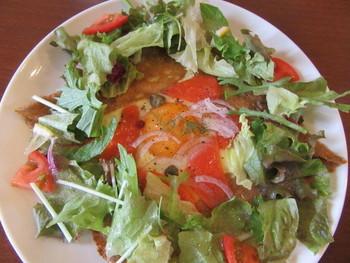 こちらのガレットは、信州産そば粉100%にこだわっています。お食事系のメニューが多く、こちらはお皿いっぱいに新鮮野菜がたっぷりのった「半生スモークサーモン・チーズ・たまご&サラダのガレット」です。