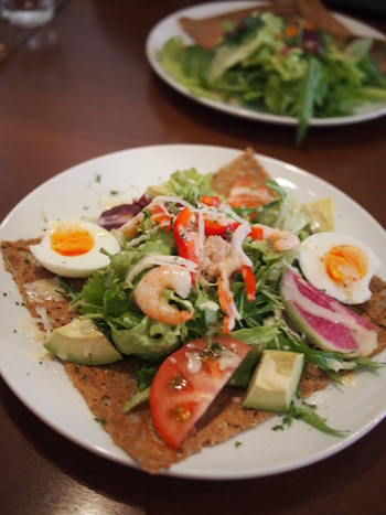 シーフードや野菜、ゆで卵など、具沢山の「小エビ、ツナ、アボカドのサラダのガレット」です。そば粉の豊かな香りとしっとりした生地が絶品と評判のお店でランチを楽しんでみませんか?