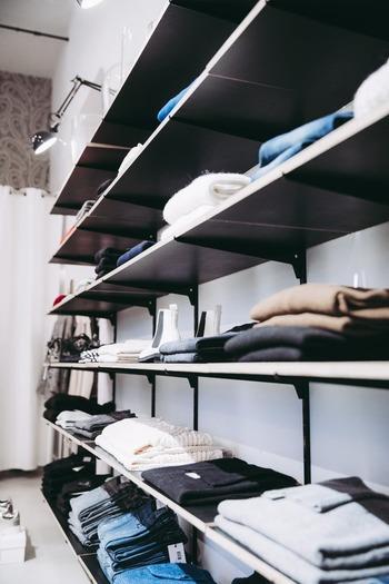 おしゃれが好きな人は、ハンガーで掛ける収納にしたり、畳んで見せる収納にしたりと、洋服や小物をお店のようにディスプレイしてみるのもいいですね。毎日の着るもの選びが楽しくなりそうです。