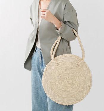 厚みの無い丸型が可愛いサイザル麻のカゴバッグです。手に持ても、肩から掛けても良い長さ。