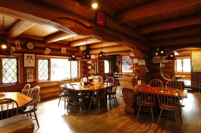 立派な丸太を使用した木の温もり溢れる店内。奥にはお座敷があったり、春夏はテラス席も利用できるのでさまざまなシーンで使えますよ。