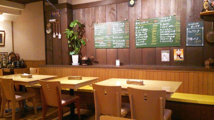 旧軽井沢のメインストリートから少し外れた三笠通りにある「BENSON(ベンソン)」は、カジュアルなランチを楽しみたい時におすすめです。ナチュラルな雰囲気のインテリアが居心地よく、ゆったりとお食事をいただけます。
