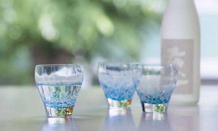 太陽の光でキラキラ輝く水面をイメージして作られた<ディ アクア>。明るさや角度、ドリンクの色や量など、少しの違いで、さまざまな表情を見せてくれる、美しいグラスです。涼しげなアクアブルーが、夏にぴったり。