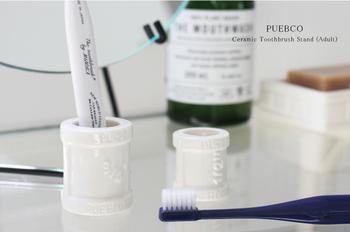 歯ブラシ立ては立体的な文字のデザインがおしゃれ。キッズサイズもあるので、家族みんなで使えますよ。