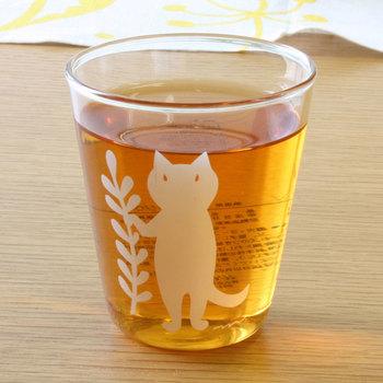 陶器やファブリックなどの創作を手掛ける、鹿児島睦さんの切り絵がプリントされたラ・フルールのグラス。朗らかでやさしい雰囲気が魅力です。柄はネコ・ウサギ・トリ・クマの4種類。みんな違う草花を持っているんですよ♪