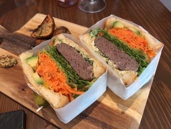 人気の「べジビエバーグサンドイッチ」は、鹿と猪のハンバーグにキャロットラペ、アボカドやチーズなどをたっぷりサンド。ジビエ独特のクセやくさみもなく、食べやすいと評判です。