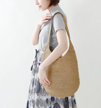 ラフィアで細かに編まれたショルダーバッグはシンプルなデザインがどんな服にも合わせやすい。肩にかけると自然に体に沿ってくれます。