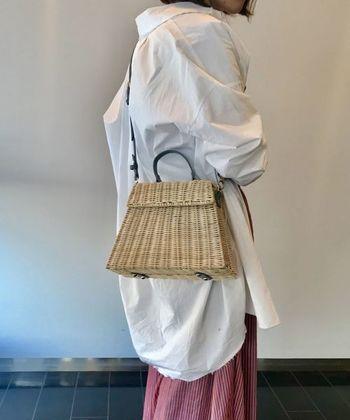 カチッとしたハンドバッグ型デザインのカゴバッグです。端正な形とレザー使いで上品な表情。