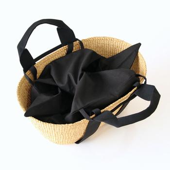 バッグには内袋が付いています。中身が見えたり、不意に荷物が飛び出してしまう心配もこれで安心。コントラストの利いた黒が素敵です。