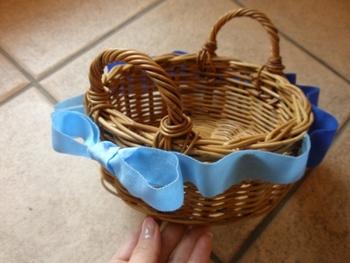 洗濯糊とボンドで作るアレンジです。好きなリボンをくるりと一周させれば完成。針と糸を使わずに作れます。