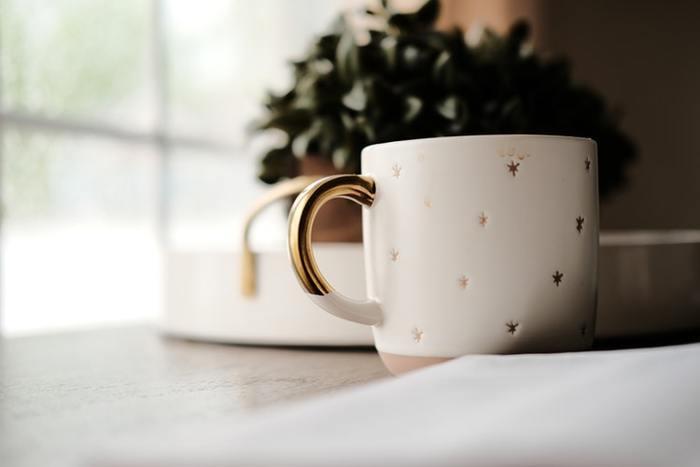 どんなシチュエーションでも、美味しい飲み物と一緒にそっと寄り添ってくれるカップやマグカップは、もしかするといちばんよく使っている身近な食器かもしれません。ほっとひと息つく大切な時間だからこそ、カップにもこだわってみませんか?お気に入りのカップならもっと特別な時間にしてくれるかも。今回は、キュンとときめくかわいいカップをご紹介します。