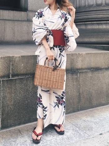 スッキリとした四角いデザインが心地よいカゴバッグを浴衣に合わせて。媚びない感じが大人っぽい。