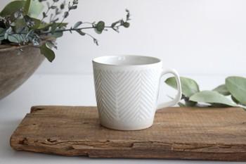ヘリンボーン柄が可愛らしくおしゃれな、陶器のマグカップです。土の温かみが感じられる陶器は、毎日のコーヒータイムにもおすすめ。朝の1杯や、おやつタイムのお供にも。