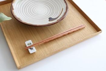 普段使いするなら、食器洗浄機対応の木製のお箸も便利です。家具や内装にも使われる高級な木材、真樺で作られたお箸<流星>。硬度が高く耐摩耗性にも優れた素材に、耐久性を高めるための加工が施された、丈夫さが自慢のお箸です。