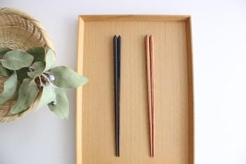 天然木のナチュラルな質感はそのままに。和食はもちろん、洋食・中華・エスニックなど、色々な料理や器に合うシンプルなデザインです。色は、黄肌と墨味の2種類。どちらも食卓にすんなり馴染む、使いやすいお箸です。