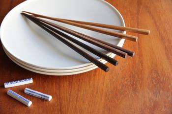 熟練の職人の技術と日本の素材を使ったものづくりで知られる東屋からは、毎日使ってもくたびれない<木箸>をご紹介します。日本の伝統工芸 輪島塗の「四十沢(あいざわ)木材工芸」で作られた、無塗装のお箸です。