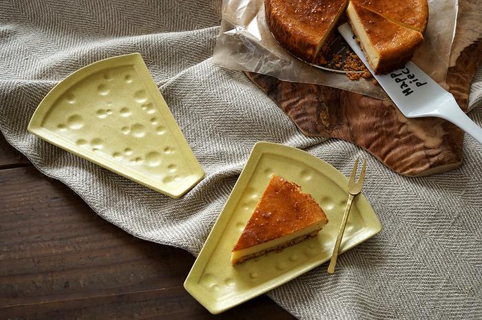 ホームパーティーや、おやつタイム。そのほか、お子さん用のお皿としてもおすすめなこちらのプレート。チーズをモチーフに作られていて、明るい雰囲気のテーブルにしてくれそう♪マットなシトロンのカラーリングがおしゃれです。一枚一枚、職人さんの手作りで焼き上げているこちらのプレートは、気兼ねなく使える工夫がなされています。それは、お皿の縁。ぶつけないように…と心配せずに使えるような、厚みを持たせたしっかりめの縁になっています。