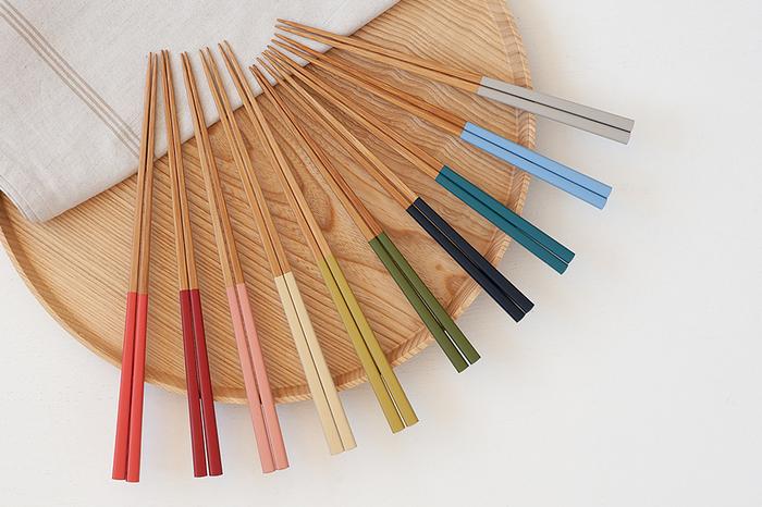 豊富なカラーバリエーションも<色箸>の魅力。日本の原風景を思い出させるような和の色合いが揃っています。家族で好きな色を揃えたり、料理に合わせて色を変えてみたり、楽しみ方もいろいろ。大人向けの大(約23cm)と、子供の手に馴染む小(約20cm)の2サイズがあります。