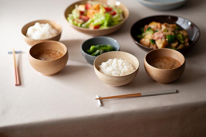 京都で100年以上続く老舗メーカー公長斎小菅の<色箸>には、丈夫でしなやかな「竹」が使用されています。軽くて使いやすく、口当たりも滑らか。竹由来の抗菌性を有しているところも嬉しいポイントです。