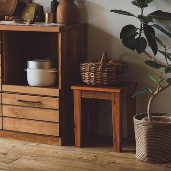 天然素材のスツールとカゴも、異なる質感同士が組み合わさることで、素敵な雰囲気に。 キッチンの食材を入れたり、リビングの小物入れとしても活躍します◎