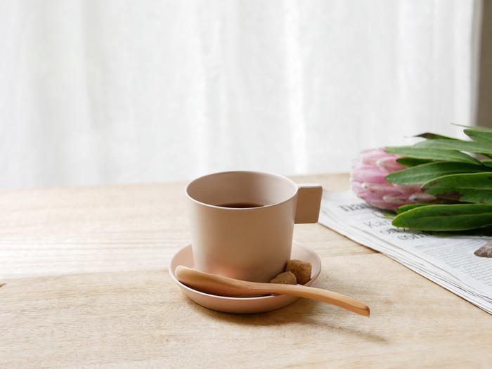 持ち運ぶ、収納するを優先したシンプルなカタチが特徴の「usumono(ウスモノ)」シリーズのカップです。割れにくいのに薄くて軽いため、お子さんがいるおうちでも安心して使えます。愛らしい優しい色のベージュは、飲みものを美味しく見せてくれそう。