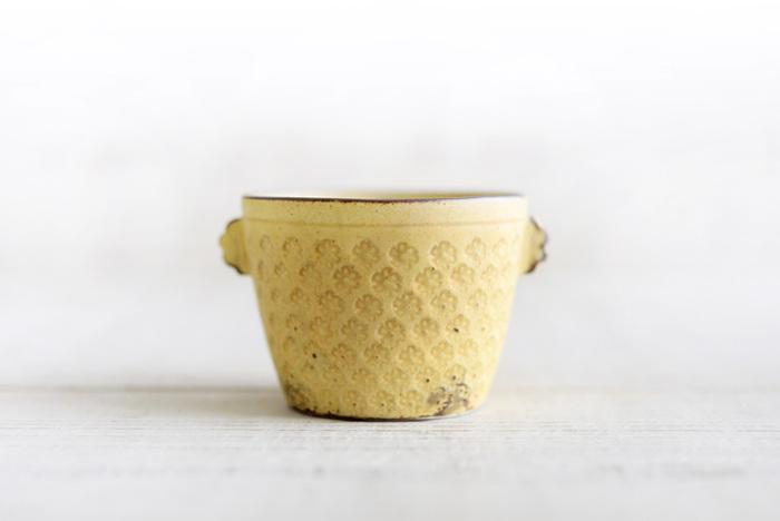 名前のとおり、飲みもののカップにも、蕎麦猪口としても、デザートカップとしても使える、自由度高めのフリーカップです。両サイドに耳がついた小ぶりデザインや1つひとつ手作業で押された花模様が愛らしいですね。マットな質感も優しい印象です。