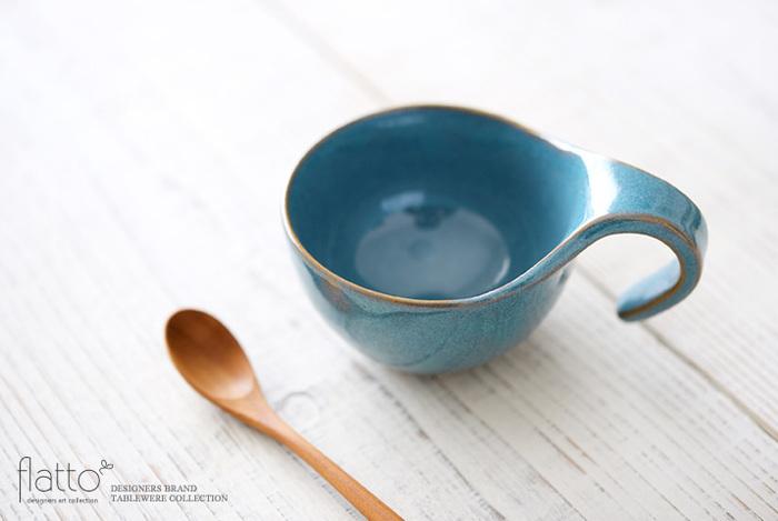 取っ手のデザインがしゃれているコーヒーカップです。なめらかな手触りと温かみのある色合い、柔らかいフォルムで、至福のコーヒータイムを楽しめそう。コーヒーや紅茶だけでなく、食事のときにスープカップにしたり、ちょっとした副菜を入れても◎。