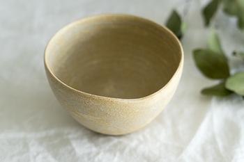 小鉢のように見えて、正真正銘カフェオレボウルなんです。飲み口に沿った優しい曲線と持ちやすいマット寄りな質感が素敵。両手に包んでカフェオレの温かみを感じながら飲む1杯は、心までじーんと温まります。